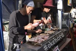 Pedagan ikan bakar di Tsuiki Fish Market
